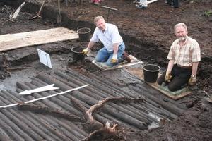 Holz ist der älteste Baustoff überhaupt, wie die Ausgrabung dieser jungsteinzeitlichen Holzstraße im Teufelsmoor bei Bremen zeigt<br />