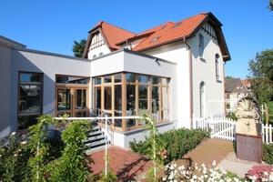 Auf der Rückseite der Villa schließt sich über einen verglasten Zwischenbau das neu errichtete Technikums für Holzbeschichtungen an