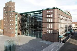 Im Westen schließt eine große Glasfassade das Hans-Sachs-Haus in Gelsenkirchen zu einem kompakten Quader macht