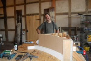 Herstellung des Vorhangbogens für die Spitze des Giebeldreiecks in der Werkstatt<br />