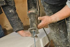 Die Innendämmung aus Calciumsilikatplatten mit einem Kern aus Calostat lässt sich auf der Baustelle leicht zuschneiden und befestigen<br />Fotos (2): Evonic<br />