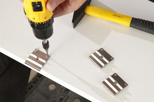 Die Seitenteile des Innenfutters werden mit Montagebeschlägen versehen