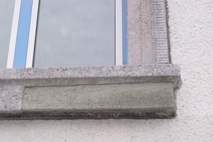 Die Aufsichtsflächen der Sohlbänke und Gesimse erhielten eine rissüberbrückende Beschichtung<br />Fotos (3): Hartmut Heintz