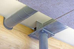 Die Akustikplatten sind an Metallprofilen befestigt, die von Stützen an der Seite und in der Raummitte getragen werden ⇥Fotos: Knychalla + Team