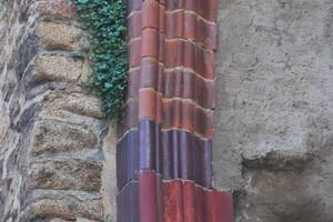 Neu eingesetzte Formsteine an einem Pfeiler der Ruine der Nicolaikirche in Bautzen
