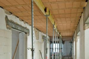 Blick in den Flur: Die Ziegel-Einhängedecken des Systems Filigran erhalten Montageunterstützungen der Deckenträger im Abstand von 1,70 bis 2,20 m<br />
