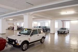 Das Untergeschoss dient im Wesentlichen als Park- und Präsentationsfläche für Liebhaberfahrzeuge<br />