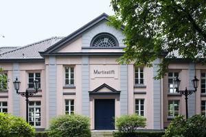 Rechts: Das sanierte spätklassizistische Hauptgebäude ist mit dem Konzertsaal das Herzstück der Musikschule Moers<br />