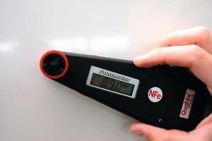 Mit einem elektronischen Schichtdickenmessgerät lassen sich zerstörungsfreie Messungen an metallischen Untergründen durchführen