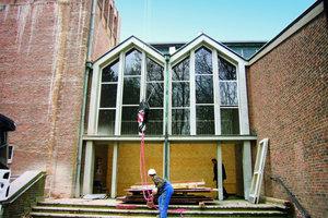Runde Dachformen ersetzen auch den zuvor von Satteldächern überspannten Eingang