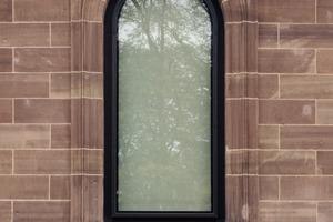 Bei den meisten Fenstern ist der Rahmen aus einem speziell für das Bauvorhaben gezogenen Aluminiumprofil außen zu sehen<br />