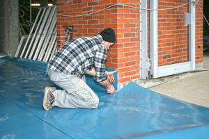 Die Anschlüsse an Mauerwerk und Fenster müssen Abdichtungen lagegesichert überdecken