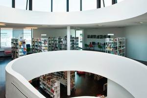 Die offenen Ebenen sind im Hauptgebäude der Mediathek in ihrer Mitte über eine große, nahezu elliptisch geformte Treppe miteinander verbunden<br />