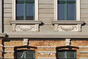 Gründerzeitfassade: Die Putz- und Stuckarbeiten sind am Obergeschoss abgeschlossen. Im Erdgeschoss ist die Fassade mit Stuckleisten für den Bossenputz vorbereitet<br />Foto: Lutz Reinboth<br />