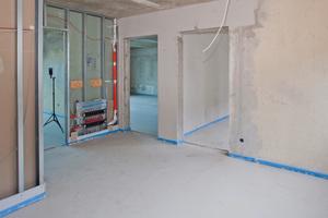 Die geringe Aufbauhöhe des Fußbodens ersparte das Aufsägen der Türstürze in den verbliebenen Betonwänden