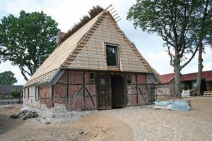 """Die historischen Fachwerkaußenwände stellten die Handwerker vor dem """"inneren Holzhaus"""" wieder auf<br />Fotos (5): Holzbau Gehrmann<br />"""