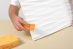 Kanten der Paneele mit Schleifpapier von eventuellen Überständen befreien