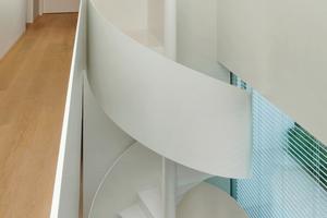 """Q 3 als Minimalziel: Nahezu alle Flächen im Haus sind in strahlendem Weiß gehalten und reflektieren häufig die gesetzten Lichtakzente<span class=""""bildnachweis"""">Fotos: Berschneider + Berschneider / Saint-Gobain Rigips</span>"""