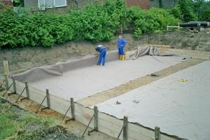 Die trockene Baugrube wird zunächst mit einem Schutzvlies ausgelegt