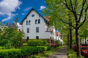 Frisch herausgeputzt und eingehüllt in ein grünes Umfeld – ein Straßenzug in der Gartenstadt Siebethsburg nach mehr als einem Jahrhundert