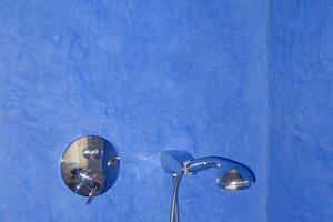 Von Natur aus beiger Tadelakt lässt sich mit Pigmentpuvler tönen, etwa in Blau