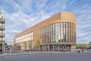 Stark, robust und gleichzeitig transparent und zugänglich präsentiert sich das neue Rathaus in der niederländischen Gemeinde Weert Foto: Thea van den Heuvel Fotografie