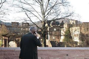 Max Dudler auf der Terrasse, die wohl nur in der laublosen Zeit einen solchen Schlossblick bietet<br />