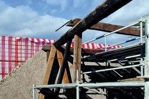 Die zum Teil noch aus dem 16. Jahrhundert stammenden Dachstühle arbeiteten die Zimmerleute auf<br />Fotos: forer°unterpertinger<br />
