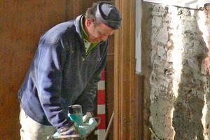 Stuckateurmeister Roland beim Anmischen des Haftspritzbewurfs MineralSanoPro hb, der halbdeckend auf die Innenwände aufgebracht wird