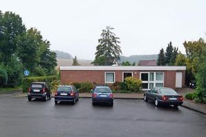 Zur Straßenseite dominierte den Bungalow aus den 1970er Jahren die rotbraune Klinikerfassade<br />