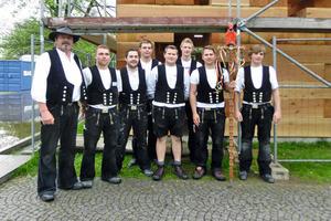 Rechts: Auszubildende im ersten und zweiten Lehrjahr des HBZ Bielefeld-Brackwede vor dem Final Wooden House beim Richtfest Mitte Mai in Bielefeld Fotos: Jörg Hainke