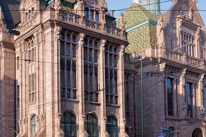 Die Mitarbeiter der Firma Keilberg reinigten die Natursteinfassade der Düsseldorfer Justitia mit dem Nassstrahlsystem torbo<br />Foto: Florian Beckers<br />