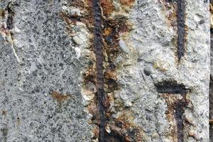 Typisches Schadensbild an alten Balkonen aus Stahlbeton: Die Bewehrung liegt frei und rostet<br /><br />