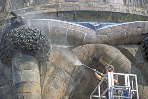 Reinigung des Sandsteins am Sockel des Hermannsdenkmals nahe Detmold mit Heißwasser-Hochdruckreinigern von Kärcher
