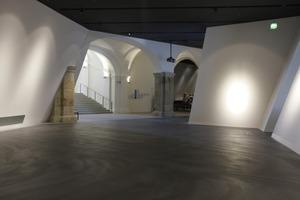 Die in verschiedene Richtungen geneigten Wände heben den neu hinzugefügten Keil im Inneren deutlich vom Altbau abFoto: Benedikt Kraft