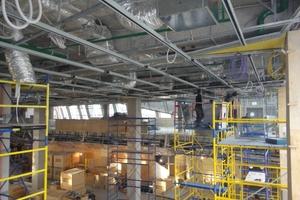 Montage der Unterkonstruktion für die spiegelnde Decke im Moskauer Einkaufszentrum Tsvetnoy Central Market in bis zu 30 m Höhe
