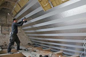 Muss bei der Baudenkmalsanierung nur die Dacheindeckung erhalten bleiben, eignet sich eine Zwischensparren- und/oder Untersparrendämmung<br />Foto: puren<br />