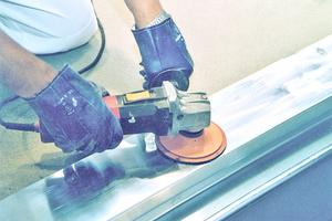 Nicht saugende Untergründe lassen sich mit speziellen Reinigern entfetten, sollten aber zusätzlich angeraut werden
