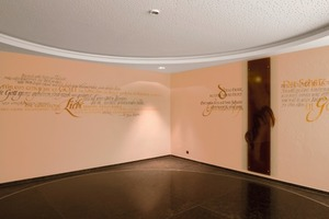 An beiden Wänden im Andachtsraum wurde ein Akustikputz ausgeführt. In Lasur-Pinselschrift brachte die Künstlerin Anita Rist-Geiger darauf Worte der Ordensgründerin Maria Ward auf<br />