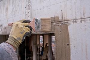 Zur Anbringung der Vorwandmontage-Zargen wird die Wand rund um die Fensteröffnung mit einem rund 10 cm breiten Primeranstrich vorbereitet