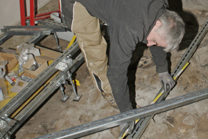 Techniker Martin Maassen beim Aufmaß für die Platzierung der Stahlrahmenprofile