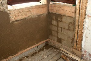 Links: Bei Gefachen, die erneuert werden mussten, setzten die Handwerker Lehmziegel ein