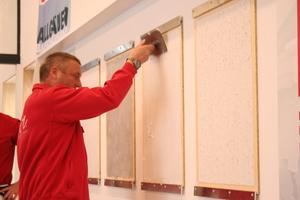 Baumit-Mitarbeiter zieht Putz für die Herstellung modellierter Oberflächen auf