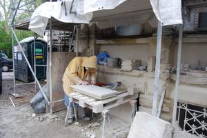 Steinmetz bei der Sanierung eines Fassadenteiles