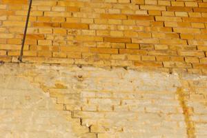 Ursache für die Setzungsrisse im Ziegelmauerwerk war ein mit Sand verfüllter alter Wassergraben