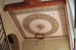 Rechts: Rekonstruierte Wand- und Deckengestaltung im Treppenhaus