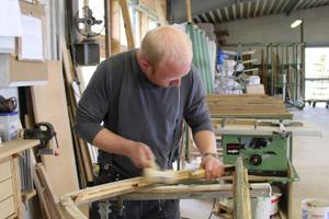 Tischlermeister Christian Künnekenmeier arbeitet ein historisches Fenster wieder auf