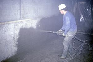 """Nass-Spritzen in einem Tunnel<span class=""""bildnachweis"""">Fotos: Manfred Schröder</span>"""