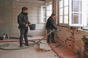 In den Hohlraum zwischen den beiden Mauerschalen der Backsteinaußenwände brachten die Handwerker im Einblasverfahren eine Kerndämmung aus Perlitekügelchen ein<br />