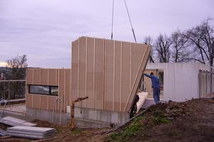 Montage der schon in der Werkstatt mit Grundputz beschichteten Holzrahmenelemente<br />